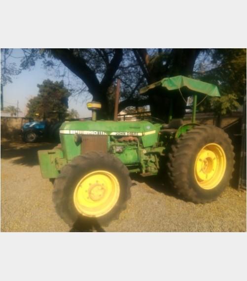 Green John Deere 2140