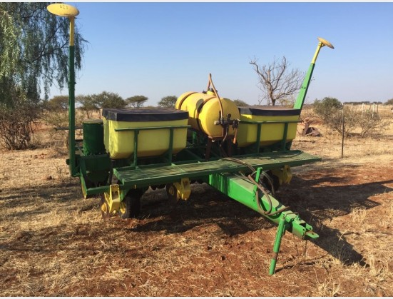 Green John Deere P7000 4 Row Planter With Spray System Pre-Owned Implement